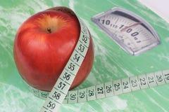 Apple, cinta métrica y escala Imagen de archivo libre de regalías