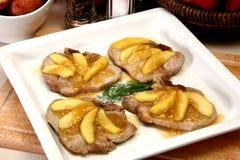 Apple cobriu costeletas de carne de porco fotos de stock royalty free