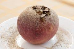 Apple cocido con las pasas y las nueces Imagen de archivo