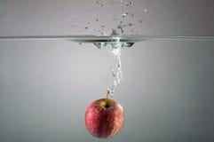 Apple com água espirra Fotografia de Stock Royalty Free