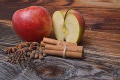 Apple com canela na madeira Foto de Stock Royalty Free