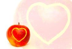 Apple com cartão do coração Fotografia de Stock Royalty Free