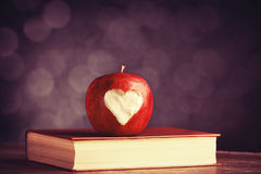 Apple com um coração cortou nele Foto de Stock Royalty Free