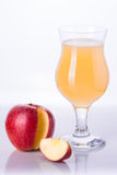 Apple com um vidro do suco de maçã Fotografia de Stock