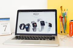 Apple-Computer Website, die alle Aple-Uhrstrecke zur Schau stellt Lizenzfreies Stockbild