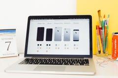 Apple-Computer Website, die alle iPhone Strecke zur Schau stellt Stockbilder