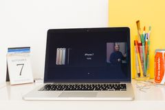 Apple-Computer Website, die alle iPhones 7 und 7 Plus zur Schau stellt Lizenzfreie Stockfotos