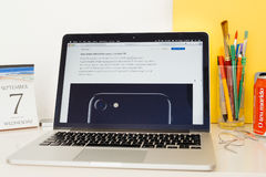 Apple-Computer Website, die das iphone 7 zur Schau stellt Lizenzfreies Stockbild