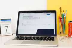 Apple-Computer Website, die das neue Earpods mit Beleuchtung zur Schau stellt Lizenzfreie Stockfotografie