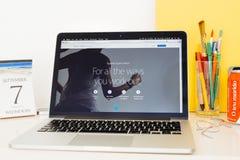 Apple-Computer Website, die den Ausarbeitungsschirm zur Schau stellt Lizenzfreie Stockfotografie