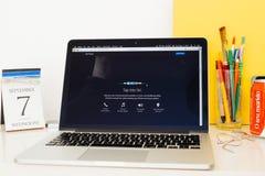 Apple-Computer Website, die den Hahn zu Siri zur Schau stellt Lizenzfreie Stockbilder