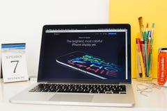 Apple-Computer Website, die den neuen iPhone Schirm zur Schau stellt Lizenzfreie Stockfotografie