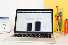 Apple-Computer Website, die iphone 7 Modelle vergleicht Stockbild