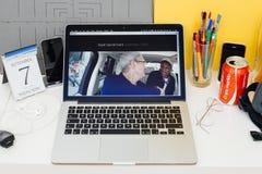Apple-Computer Website, die Karpool-Karaoke zur Schau stellt Stockfoto