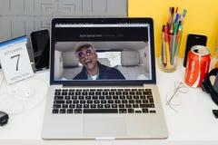 Apple-Computer Website, die Karpool-Karaoke zur Schau stellt Lizenzfreie Stockfotos