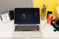 Apple-Computer Website, die Tim Cook und Zahl auf projec zur Schau stellt Lizenzfreie Stockbilder
