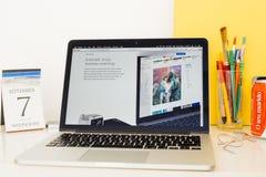 Apple-Computer Website, welche die airpod Synchronisierung zur Schau stellt Lizenzfreies Stockbild