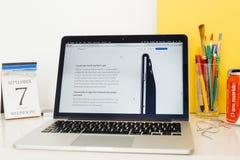 Apple-Computer Website, welche die Anrufe Volte und Wi-Fi zur Schau stellt Lizenzfreie Stockbilder