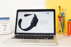 Apple-Computer Website, welche die Apple-Uhr Siri zur Schau stellt Stockfotos