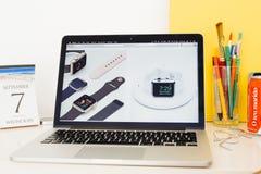 Apple-Computer Website, welche die keramische Apple-Uhr zur Schau stellt Lizenzfreie Stockfotografie