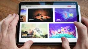 Apple-Computerswebsite die de het abonnementsdienst kenmerken van het Arcadevideospelletje stock footage