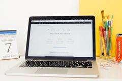 Apple-Computerswebsite die iphone demonstreren storge Stock Afbeelding
