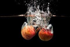Apple con acqua spruzza Fotografie Stock Libere da Diritti