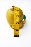 Apple con cinta métrica Fotos de archivo