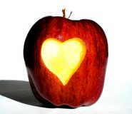 Apple con cuore intagliato dentro Fotografia Stock
