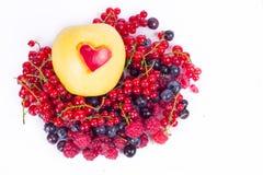 Apple con diverso corazón aislado en blanco Fotografía de archivo