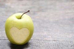 Apple con el coraz?n del recorte forma imágenes de archivo libres de regalías