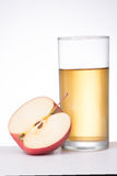 Apple con el vidrio de jugo en el fondo blanco Imagen de archivo