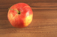 Apple con gotas del agua Foto de archivo