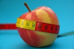 Apple con la cinta de la medida Foto de archivo