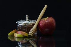 Apple con la miel ennegrece el fondo para Rosh Hashanah Imágenes de archivo libres de regalías