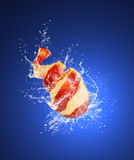 Apple con la pelle sbucciata in acqua cade Fotografie Stock Libere da Diritti