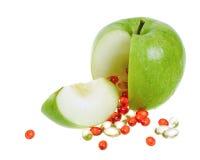 Apple con las cápsulas de la vitamina Imagen de archivo libre de regalías