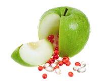 Apple con las cápsulas de la vitamina Imágenes de archivo libres de regalías
