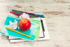 Apple con las fuentes de escuela Foto de archivo
