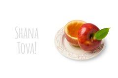 Apple con miele isolato su fondo bianco Concetto ebreo di Rosh Hashanah di festa del nuovo anno Immagini Stock Libere da Diritti
