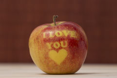 Apple con te amo la impresión en la tabla Imágenes de archivo libres de regalías