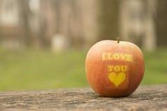 Apple con te amo la impresión en la tabla al aire libre Fotografía de archivo libre de regalías