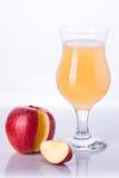 Apple con un vetro del succo di mele Fotografia Stock