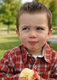 Apple-Consommation de l'enfant en bas âge Images stock