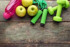 Apple, corde à sauter, bouteille et haltères photos stock