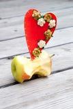 Apple creusent et un coeur rouge de carton Images libres de droits