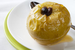 Apple cuit au four avec les raisins secs et le sirop de miel Photos libres de droits