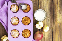 Apple cupcakes πέρα από τον ξύλινο πίνακα Στοκ φωτογραφία με δικαίωμα ελεύθερης χρήσης