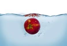 Apple dans l'eau Photos libres de droits