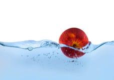 Apple dans l'eau Photo libre de droits
